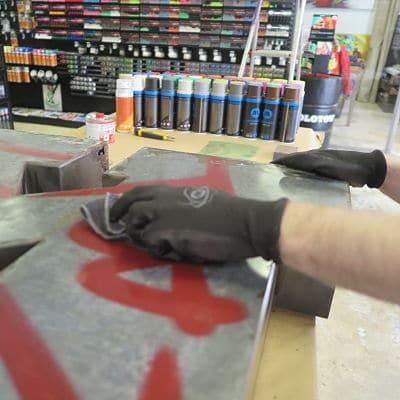1. En primero lugar, se prepara el objeto para el tratamiento previo de la pintura. Para ello, lijamos el objeto con una lija fina. En este caso, hemos querido utilizar unaesponja abrasiva, el tamaño más fino, para poder preparar el objeto previamente a la aplicación de la pintura.